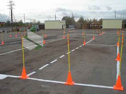 Учебное вождение автомобиля по площадке